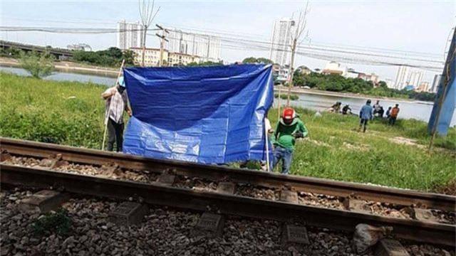 Băng qua đường sắt đi vệ sinh, người đàn ông bị tàu tông tử vong - 1