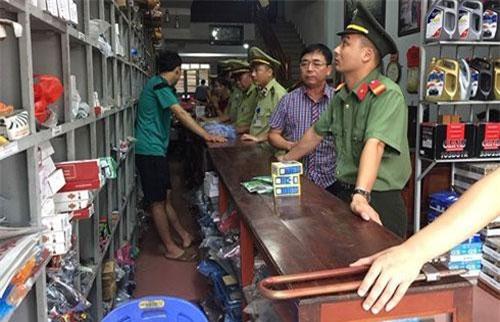 Lực lượng chức năng thu giữ hàng hóa vi phạm.