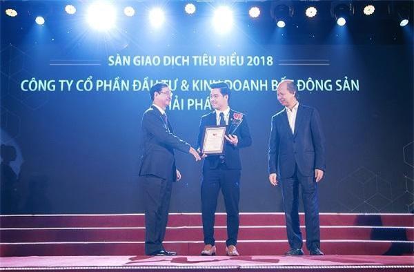 Ông Nguyễn Quốc Huy – Phó Chủ tịch HĐQT Hải Phát Land (thứ 2 từ trái sang) nhận bằng khen của Hiệp hội Bất động sản Việt Nam