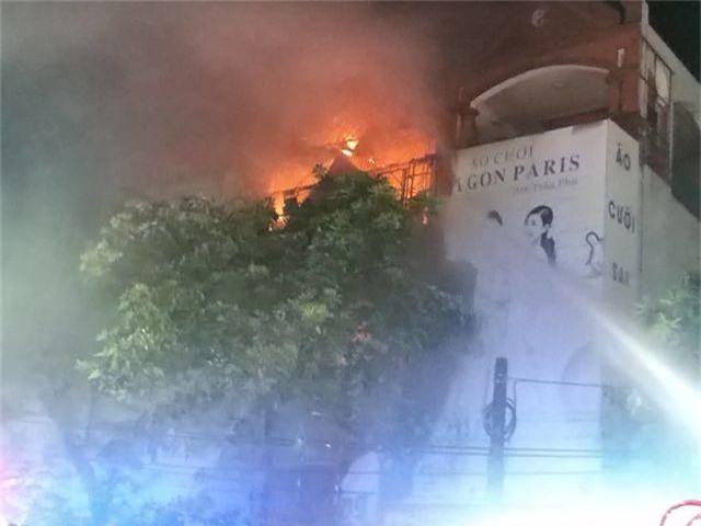Ảnh viện áo cưới bốc cháy ngùn ngụt trong đêm - 1