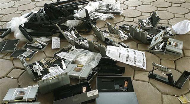"""Hà Nội: CSGT phát hiện người phụ nữ """"chở thuê"""" 19 khẩu súng tự chế - 2"""