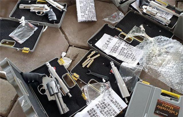 """Hà Nội: CSGT phát hiện người phụ nữ """"chở thuê"""" 19 khẩu súng tự chế - 3"""