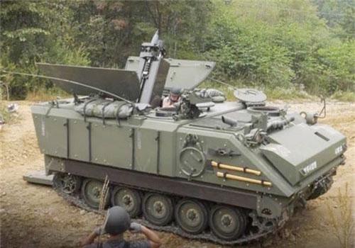 Khí tài được tích hợp với một hệ thống kiểm soát hỏa lực và nạp đạn tự động. Lục quân Hàn Quốc hoán cải phiên bản xe chỉ huy của M113 để lắp đặt hệ thống súng cối này.