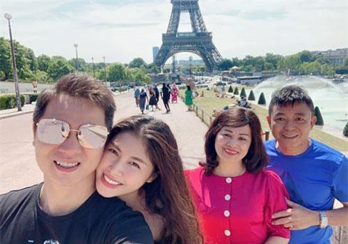 Vợ chồng Đăng Khôi đi du lịch cùng bô mẹ