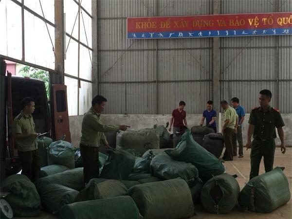 Lực lượng chức năng huyện Bắc Sơn phối hợp kiểm tra hàng hóa vận chuyển trên xe ô tô BKS 29B - 173.47. (Ảnh: Cục QLTT Lạng Sơn)