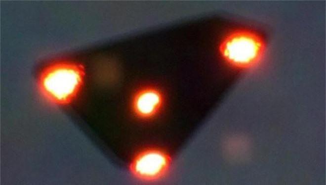 Bí mật pha rượt đuổi UFO khét tiếng bậc nhất lịch sử: 2 chiếc tiêm kích F-16 hít khói? - Ảnh 1.