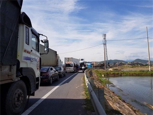 Xe container tông xe 7 chỗ trên cầu Gianh, quốc lộ 1A ùn tắc gần 5 km - 4