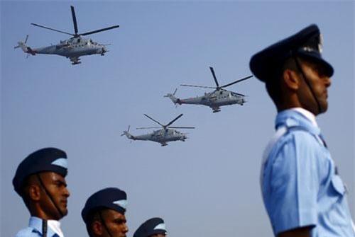 Trực thăng Mi-35 của Ấn Độ bay diễu hành nhân dịp kỷ niệm ngày Không quân Ấn Độ gần New Delhi ngày 8/10/2015. Ảnh: Reuters