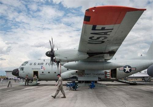 Một trong những phiên bản mới nhất của dòng vận tải cơ C-130 hiện nay là phiên bản LC-130. Đây là phiên bản thay thế bánh xe bằng ván trượt, cho phép hạ cánh được ở khu vực địa hình tuyết hoặc băng. Nguồn ảnh: BI.