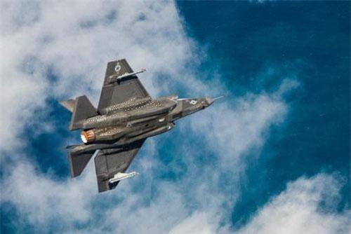 Các quãng nghỉ xuất hiện ở dọc bức ảnh từ đầu đến giữa thân và đuôi máy bay chính là các vòng sóng xung kích sinh ra khi F-35C chuyển sang vận tốc siêu âm. (Ảnh: Hải quân Mỹ)