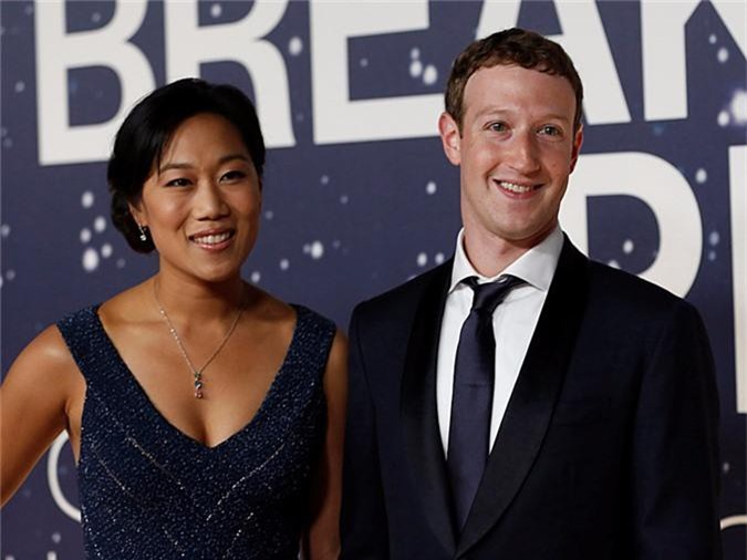 Mark Zuckerberg và vợ. Ảnh: Reuters.