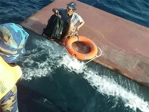 Lực lượng chức năng cứu hộ các thuyền viên trên tàu bị nạn.