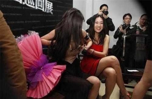 Dương Mịch gặp phải sự cố bi hài trên sân khấu.