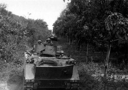 """Có một thực tế phải thừa nhận rằng trong giai đoạn đầu khi Quân đội Mỹ bắt đầu triển khai chiến thuật """"chiến xa vận"""" ở miền Nam Việt Nam trong đầu những năm 1960, họ cũng giành được những chiến thắng nhất định. Tuy nhiên, chiến thắng này của người Mỹ cũng sớm tàn khi chiến thuật này dần bị Quân Giải phóng hóa giải."""