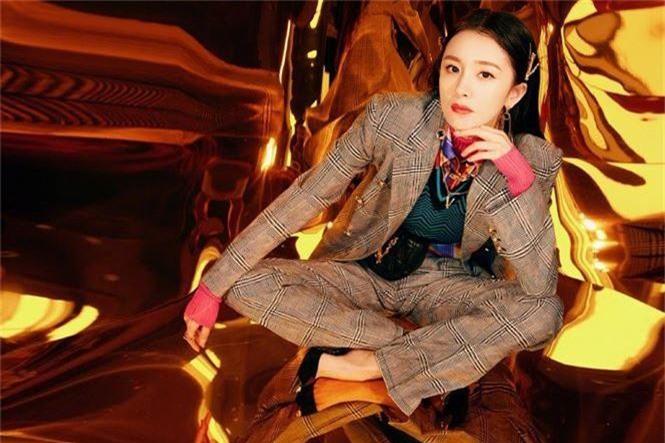 Dương Mịch xinh đẹp khác lạ với phong cách menswear - ảnh 1