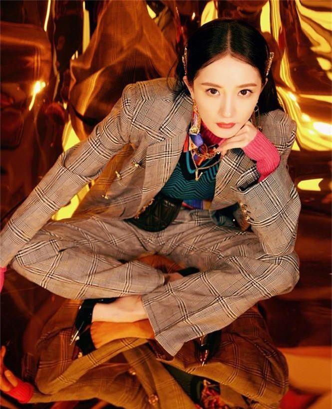Dương Mịch xinh đẹp khác lạ với phong cách menswear - ảnh 3