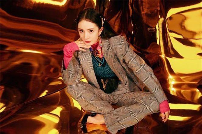 Dương Mịch xinh đẹp khác lạ với phong cách menswear - ảnh 4