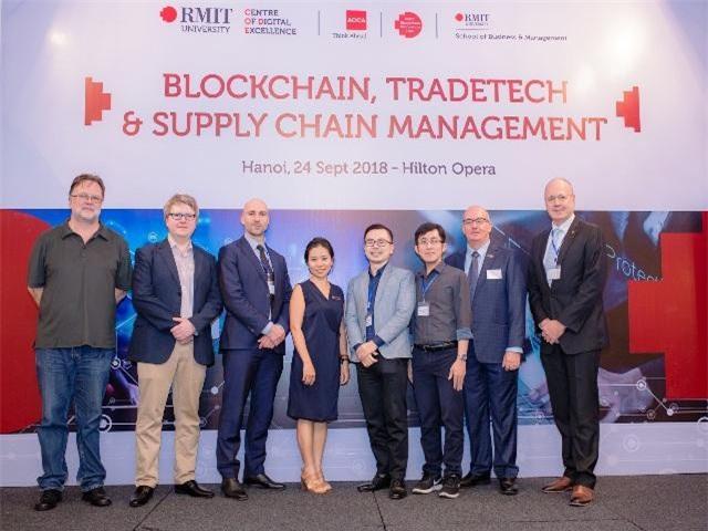 Tiến sĩ Christopher Berg - nghiên cứu viên cấp cao của BIH (thứ hai từ trái sang) tại sự kiện Blockchain, Tradetech và Quản lý chuỗi cung ứng tổ chức tại Hà Nội vào năm ngoái.