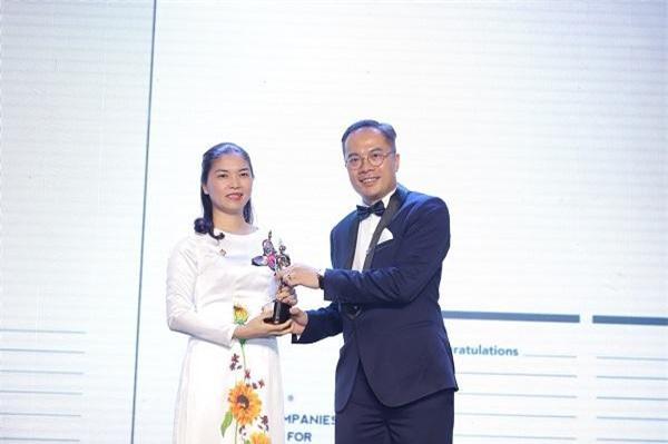 Bà Trần Thị Mỹ Hạnh - Phó TGĐ Tập đoàn Sun Group, đại diện nhận giải thưởng Top 50 doanh nghiệp có môi trường làm việc tốt nhất châu Á 2019 từ ông William Ng, Tổng biên tập tạp chí HR Asia