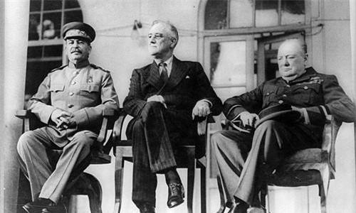 Vào cuối tháng 11/1943, Tổng thống Mỹ Franklin Roosevelt lên đường tham dự cuộc họp thượng đỉnh với Thủ tướng Anh Winston Churchill và Tổng bí thư Liên Xô Joseph Stalin để bàn về cục diện Thế chiến 2 bằng cách vượt Đại Tây Dương.
