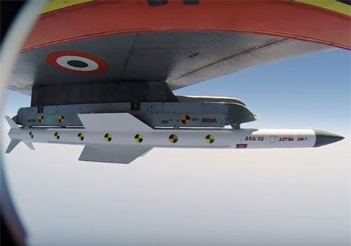 Tên lửa Astra trong một lần bắn thử nghiệm từ tiêm kích Su-30MKI. Ảnh: The Hindu.