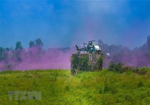 Ngày 7/7 tỉnh Hậu Giang tổ chức diễn tập khu vực phòng thủ cấp tỉnh năm 2019 với nội dung tiểu đoàn bộ binh tiến công địch đổ bộ đường không. Ảnh: Tình huống địch đổ bộ đường không. (Ảnh: Duy Khương/ TTXVN)