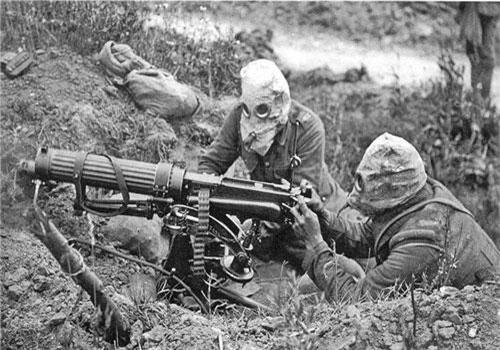 Theo đó Chiến tranh Thế giới thứ 1 được ví như là bước đệm làm thay đổi hoàn toàn cách con người tiến hành một cuộc chiến tranh, khi hàng loạt vũ khí mới được ra đời dựa trên các thành tựu khoa học kỹ thuật đầu thế kỷ 20. Trong đó nổi bật nhất là các loại vũ khí bộ binh như súng trường và súng máy. Nguồn ảnh: Wikipedia.