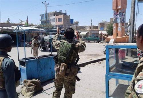 Lực lượng quân đội Afghanistan tiến vào khách sạn ở Qala i Naw. (Ảnh: Ariana News)