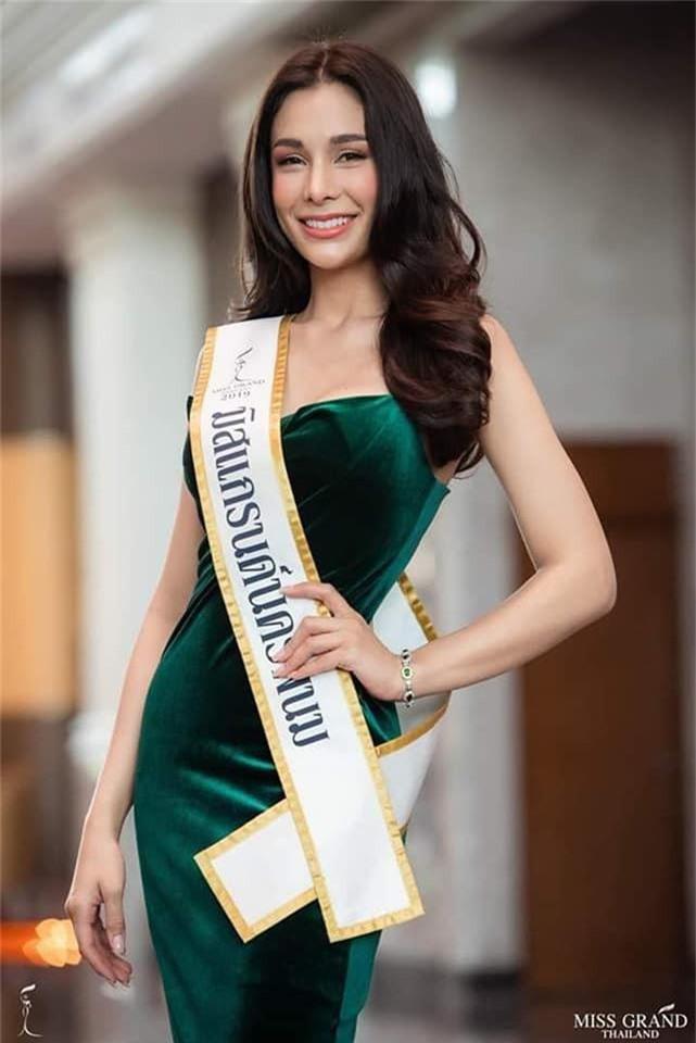Không chỉ lạc lõng trong chiến thắng, Miss Grand ThaiLan 2019 còn bị chỉ trích bởi gương mặt đơ cứng, thiếu tự nhiên - Ảnh 4.
