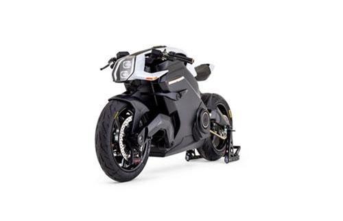 """Chỉ có 399 chiếc sẽ được sản xuất trong 18 tháng đầu tiên, mang đến cho những khách hàng tiềm năng lý do để cảm thấy phấn khích trước thứ mà Arc gọi là """"chiếc xe điện hiện đại nhất thế giới"""", công nghệ giao diện con người, cấu trúc sợi carbon, tay lái trung tâm, bánh xe được lấy cảm hứng từ xe đua và hơn thế nữa."""