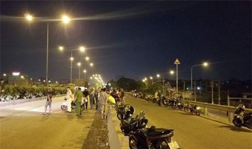 Nam thanh niên 20 tuổi chạy xe máy vào làn ô tô trên cầu vượt Sóng Thần, tông vào sau container tử vong tại chỗ.