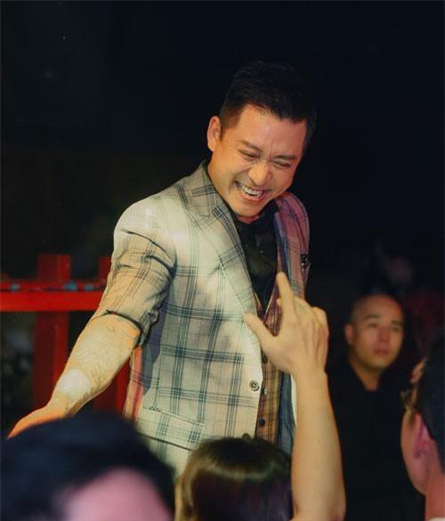 Tuấn Hưng ngẫu hứng mang hàng loạt hit lên sân khấu.