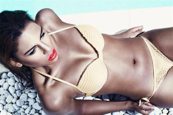 Natassia khi đó còn đang theo học ngành y kiêm người mẫu cho một số tạp chí đàn ông.