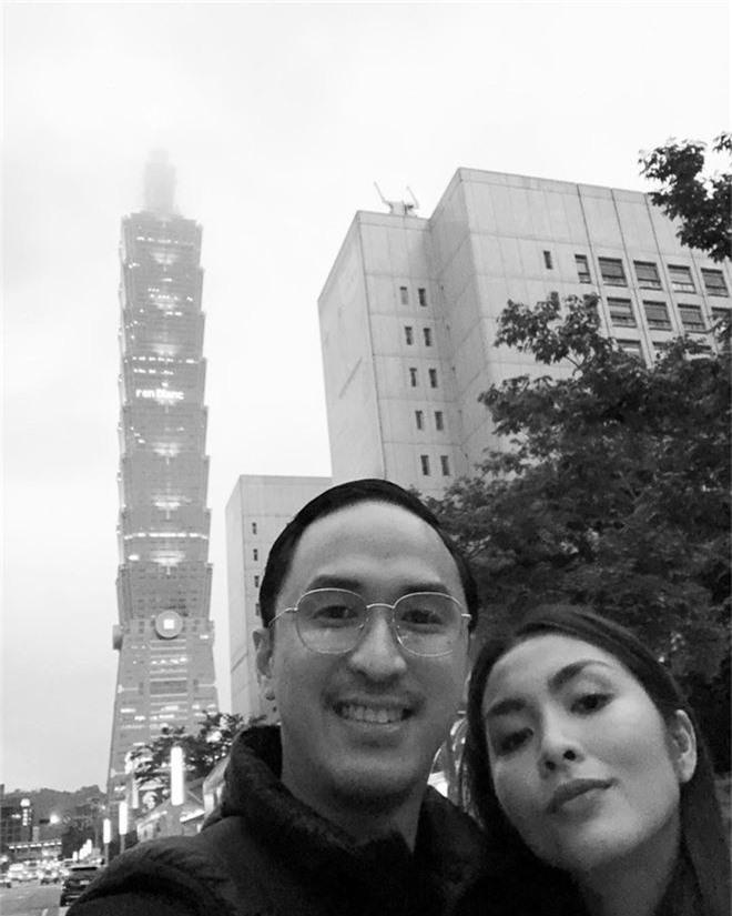 Louis Nguyễn tình tứ khoác vai Hà Tăng trên đảo thiên thần Santorini, 10 năm bên nhau vẫn hạnh phúc như ngày đầu - Ảnh 3.