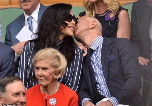 Ông chủ Amazon chủ động hôn người tình nóng bỏng.