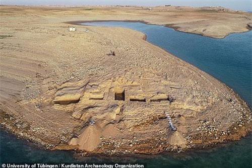 Cung điện 3.400 năm của đế chế Trung Đông nổi lên giữa dòng sông sau hạn hán.