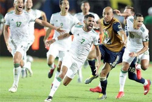 Siêu phẩm từ pha đá phạt phút bù giờ 95 của Riyad Mahrez đã giúp Algeria giành vé vào chơi trận chung kết CAN 2019