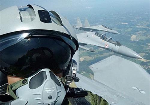 """Cuối tuần vừa rồi, các phi công tiêm kích Rafale của Pháp đã thích thú """"tự sướng"""" khi được bay cùng với các tiêm kích Su-30MKI của Không quân Ấn Độ. Dù ra đời sớm hơn - nghĩa là tới nay tuổi đời đã cao hơn nhưng các tiêm kích Rafale của Pháp vẫn đắt đỏ hơn rất nhiều so với chiến đấu cơ Su-30MKI do Nga sản xuất. Nguồn ảnh: Sina."""