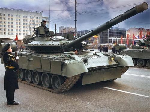 Xe tăng chiến đấu chủ lực T-80BVM trong một cuộc duyệt binh. Ảnh: TASS.