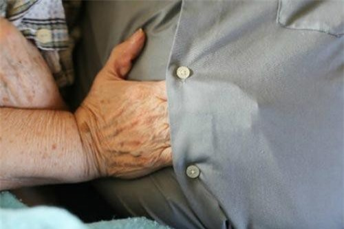 """""""Vợ tôi thích đặt tay dưới lớp áo chồng vì muốn cảm nhận hơi ấm từ làn da của tôi""""."""