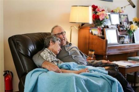 """""""Sáng nào họ cũng ngồi tựa bên nhau trên chiếc ghế này tới trưa"""", nhiếp ảnh gia Brendon Stanton chia sẻ về bức hình anh chụp cặp vợ chồng già ở Missouri, Mỹ."""