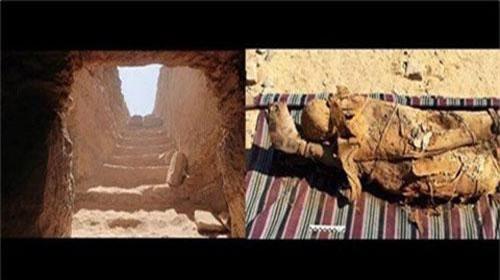 Đường vào ngôi cổ mộ và hình ảnh hai xác ướp nằm chồng lên nhau