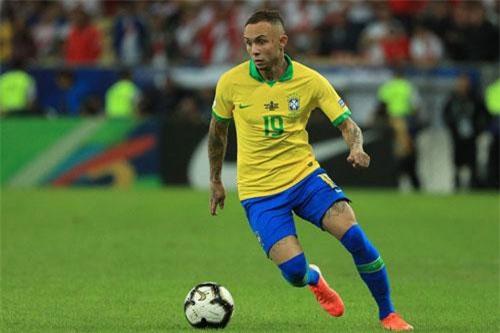 Everton Soares.