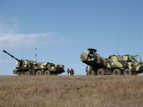 Tổ hợp pháo phòng thủ bờ biển Bereg triển khai bên cạnh tổ hợp tên lửa bờ 4K51 Rubezh. Ảnh: Wikipedia.