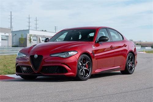 10. Alfa Romeo Giulia Quadrifoglio (vận tốc tối đa: 307 km/h).