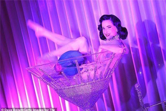 """Vũ nữ thoát y nổi tiếng tiết lộ: """"Làm việc là vì có trách nhiệm với phái đẹp"""" - 2"""
