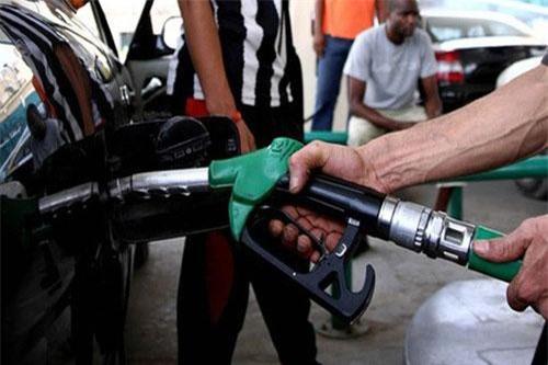 Hành vi sử dụng điện, nước, xăng dầu vượt quá định mức cho phép sẽ bị xử phạt từ 1-2 triệu đồng. Ảnh minh hoạ