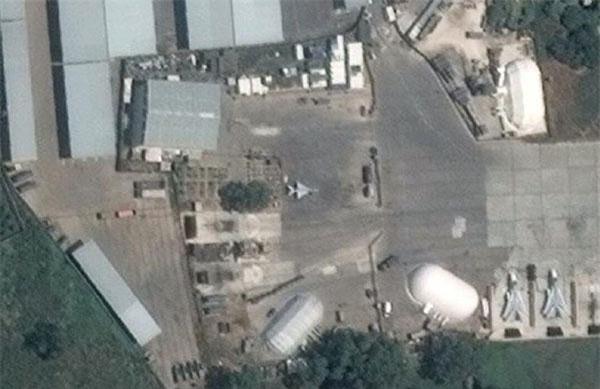 Một người đam mê quân sự Nga - Syria mang tên Samir mới đây đăng tải lên trang Twitter của mình hình ảnh vệ tinh chụp lại một chiếc tiêm kích MiG-21 ở sân bay Hmeymim - căn cứ Không quân Nga tại Syria. Nguồn ảnh: Google Map