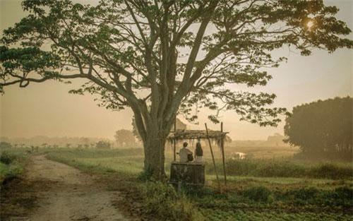Phân đoạn Ngạn ngồi đàn cho Hà Lan nghe được ghi hình tại xã Quảng Thành thuộc huyện Quảng Điền, cách trung tâm Huế khoảng 12 km. Không phát triển du lịch nhưng nơi này không còn xa lạ với các phượt thủ.
