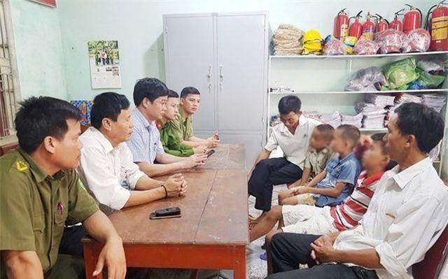 Đại diện cơ quan Công an, chính quyền làm thủ tục bàn giao 3 em nhỏ về cho gia đình.